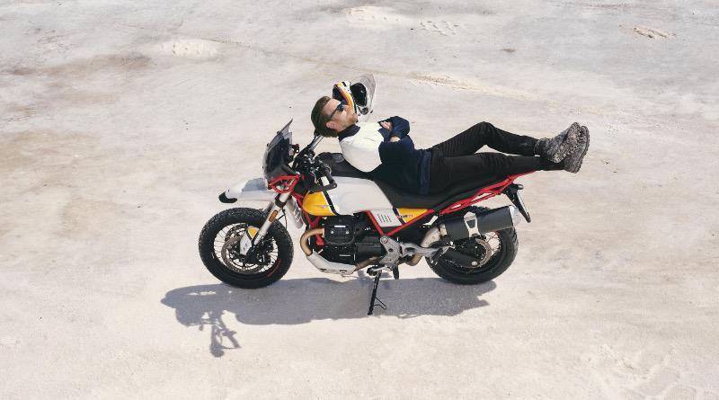 Ο Ewan McGregor, επιστρέφει στη σέλα μίας Moto Guzzi.