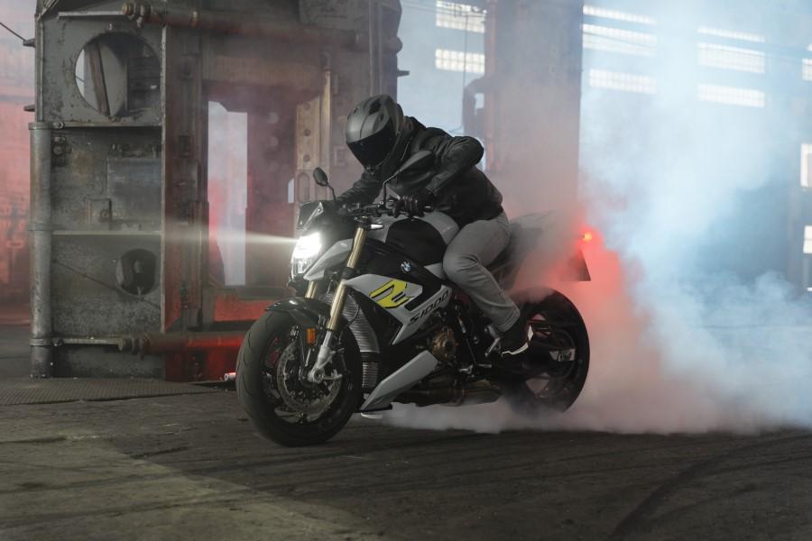 BMW_S1000R_MY21_2020_slide.gr_12