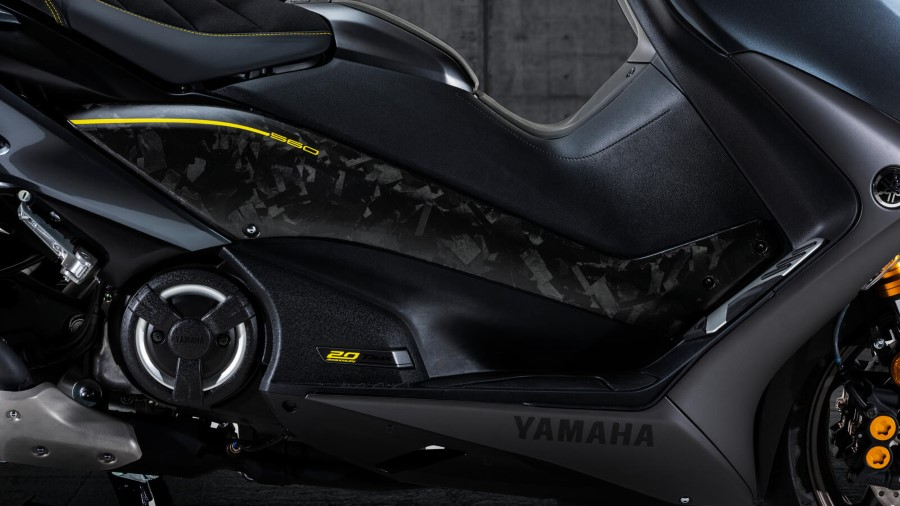 Yamaha_TMAX_20th_Anniversary_2021_slide.gr